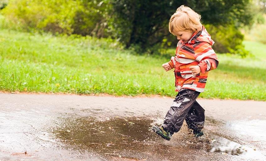 Praktiska barnkläder som håller oavsett väder